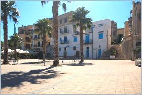 Sizilien - Santa Flavia - Ortsteil Porticello - Die Piazza direkt am Fischereihafen ist einer der zentralen Punkte der Kleinstadt