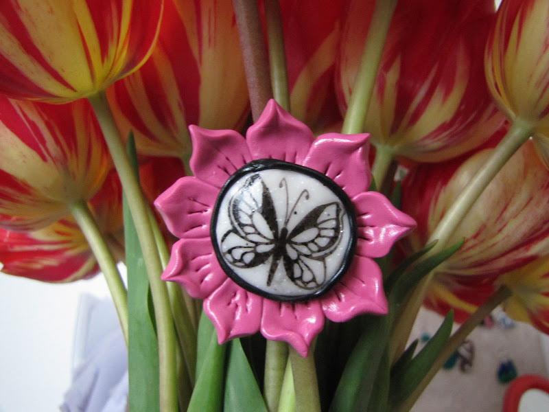 Brosa handmade fluturas pe floricica