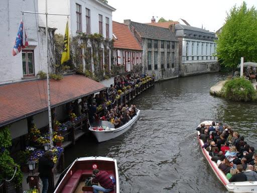 Aanschuiven voor de bootjes in Brugge