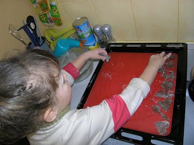 Кристина выкладывает на противень будущие печеньки