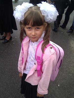 Кристина в школе, первый учебный день окончен.