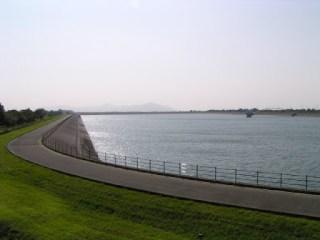 展望台より堤体ならびにダム湖を望む