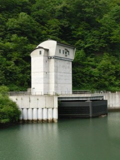 天端より発電機2号機の取水口・取水塔を望む