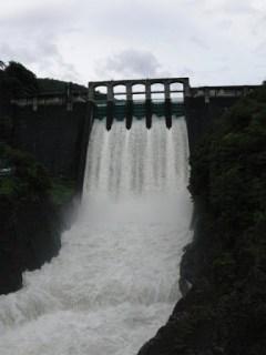 下流の橋より堤体を望む