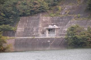 栗山ダムからの放流口を望む