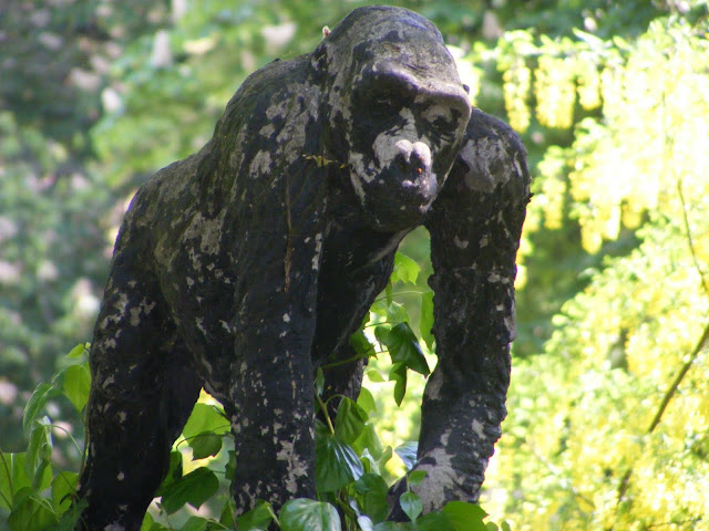 Rzeźba małpy niestety uległa licznym uszkodzeniom