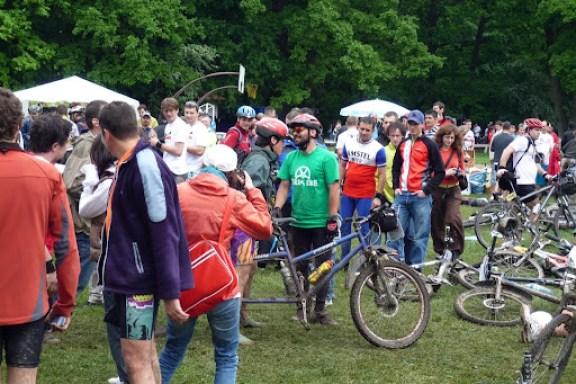 Primul tandem MTB care a trecut finish-ul.