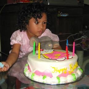 Tiup lilin kue ulang tahun