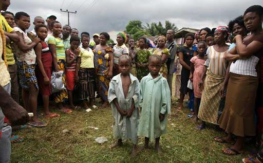 Meninos gêmeos Itohowo e Kufre estão cercados por aldeões irritados que acreditam que eles estão trazendo o mal para suas vidas Robin Hammond / The Observer. Fonte: http://guardian.co.uk