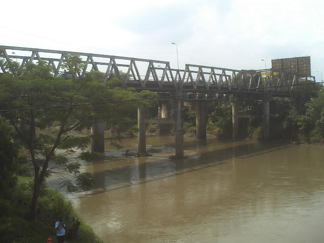 Jembatan penghubung transportasi di atas sungai