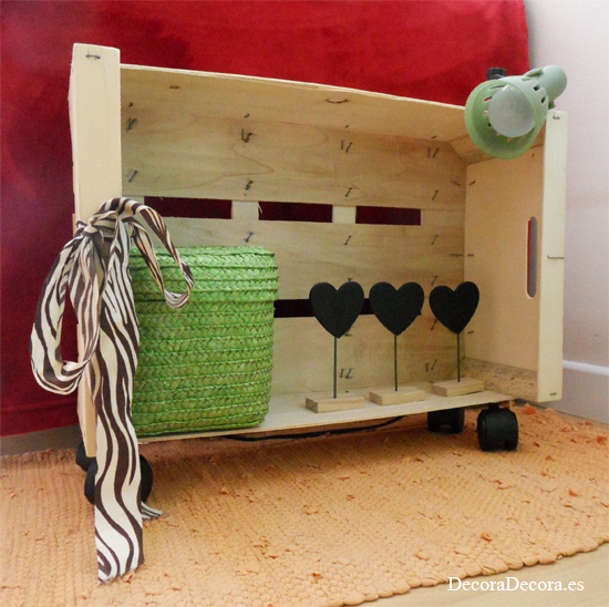 De caja de fruta a estante con ruedas for Muebles con cajas de fruta