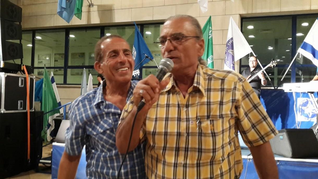 אביהו מדינה וחבר בחצרות ורשא. צילום: יובל אראל