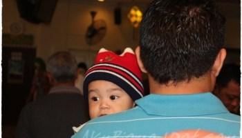 Baby Aslah memandang