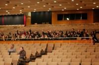 Jóvenes de la Escuela Comunitaria Lister donde funciona In Harmony North East, programa musical inglés inspirado en El Sistema venezolano, quienes asistieron a un ensayo abierto para apreciar en vivo al director y a su orquesta