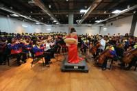 """GROENLANDIA Y VENEZUELA SE UNIERON EN UNA ORQUESTA BINACIONAL. Bajo el título """"Groenlandia y Venezuela unidas por la música"""", niños pertenecientes a El Sistema Groenlandia llegaron a Venezuela acompañados de sus tutores. Luego de una muestra en la que interpretaron música groenlandesa, unidos con la Orquesta Sinfónica de la Juventud Mirandina """"Vicente Emilio Sojo"""", brindaron un concierto binacional en el C.C. La Parada de Guatire, estado Miranda"""