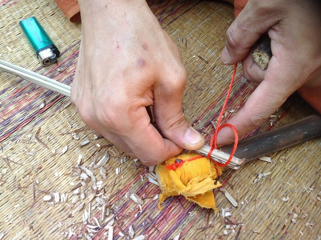 ผูกเงื่อนตะกรุดเบ็ดที่ทางไม้กวาด ขั้นที่ 2 | Make a clove hitch knot tie around the grab of stalks step 2