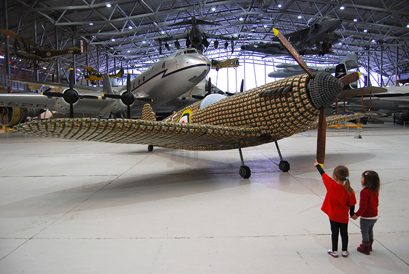 *藝術家jack munro和charlotte austen:用6500個雞蛋盒做的噴射飛機! 5