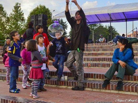 Jugando en la plaza