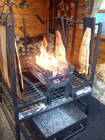ahumar salmon con fuego y humo