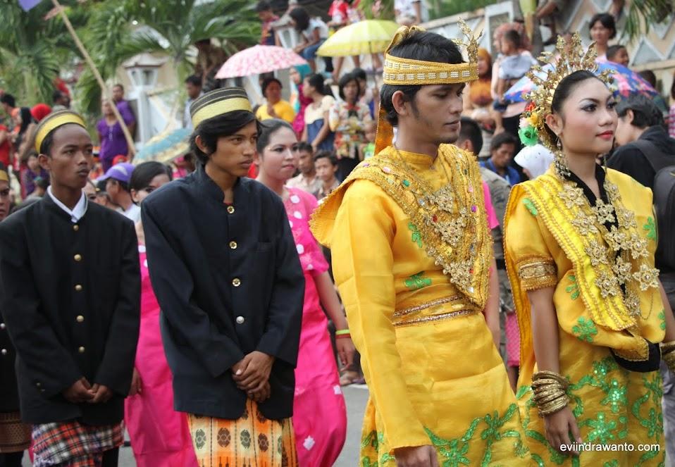 Pakaian adat Palembang di Festival Teluk Semaka 2014