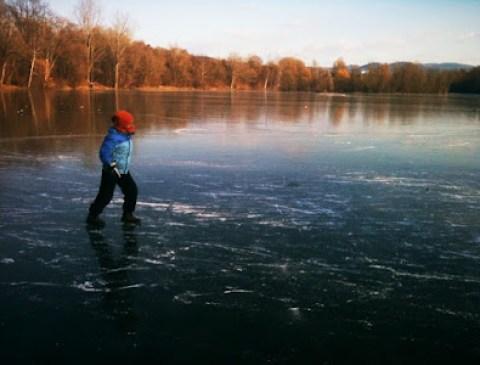 Ein erster Eistest ohne Schlittschuhe.