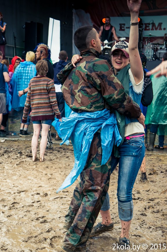 Организатор тура танцует под Ойру =)