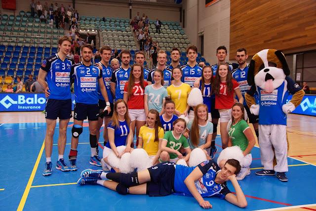 spelers knack Roeselare met cheerleaders en mascotte Gust op de foto