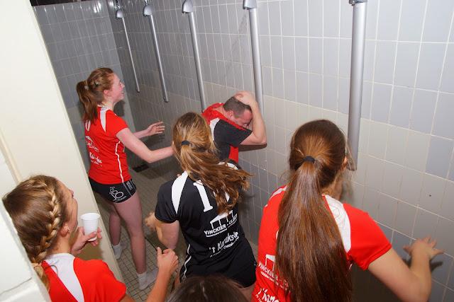 Kris Supply onder de douche geduwd door zijn speelsters
