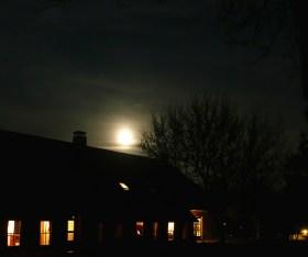heldere nacht met maan boven zencentrum de Noorder Poort