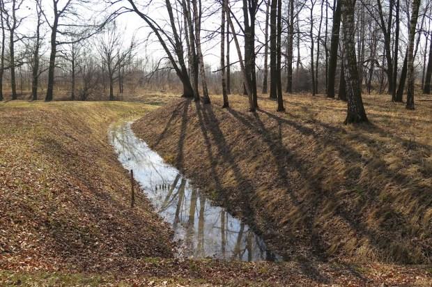 Entwässerungsgräben, die von den Gefangenen ausgehoben werden mussten