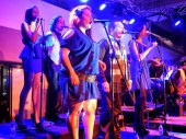 La fila coral de la orquesta latino caribeña impuso su sazón para que las obras a interpretar hicieran bailar al público asistente