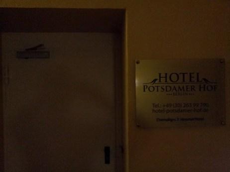 Blick auf den Hoteleingang im ersten Stock... Metalltüre...