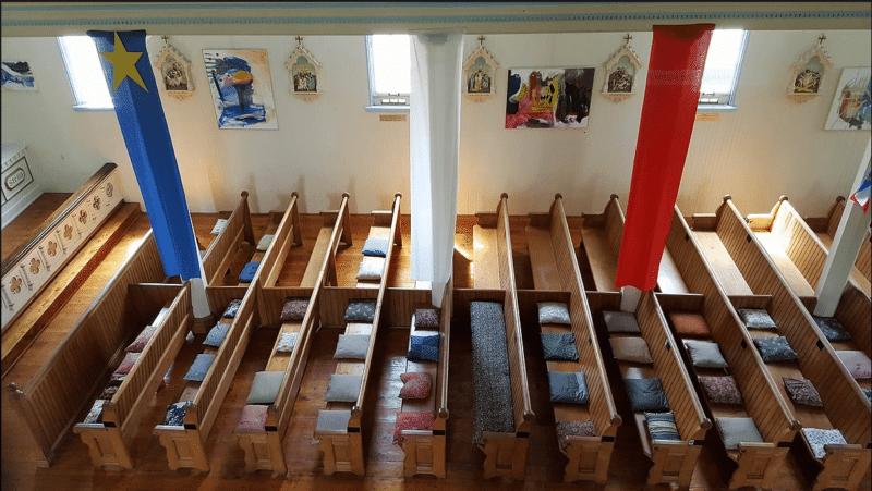 les coussins sur les bancs de l'Eglise historique de Barachois