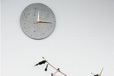 pared reloj claro gris terrazzo