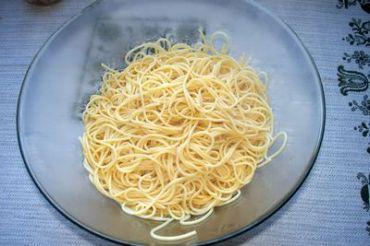sacamos los spaghetti y aliñamos con aceite