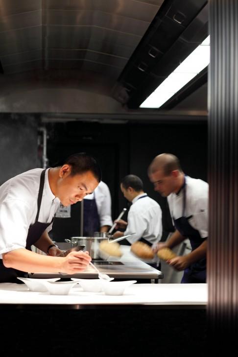 法國的米其林餐廳工作,讓他愛上法國文化,歷史與情感.深受法國料理文化的教育熏陶,使得Chef Andre的料理上除了個人料理特色八角哲學之外, 使用當地與當季食材也是他的料理上的ㄧ個很大的優勢,在亞洲飲食界卻是ㄧ個大前進的創舉.(據說他也已經開始以自己的農田正在耕作,往後也將使用自己農田的種植蔬菜來供應餐廳的使用) 圖片來源: