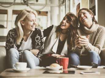 コーヒーを飲みながら語り合う女性たち