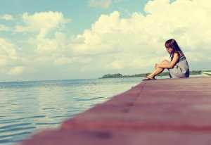 桟橋でたたずむ女の子