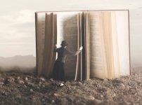 本を開く女性
