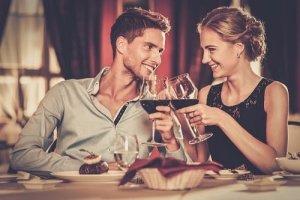 ワイングラスで乾杯するカップル