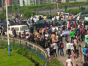 ​Revolution Bell Rings In Warri As Protesters Blocks Effurun, DSC Roundabouts