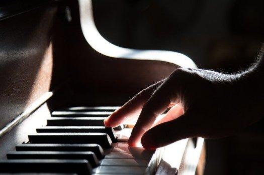 La technique au piano. Une main qui joue délicatement