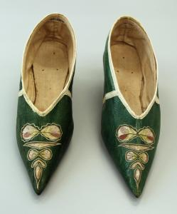 1790s embroidered green leather heeled shoes © Victoria and Albert Museum, London