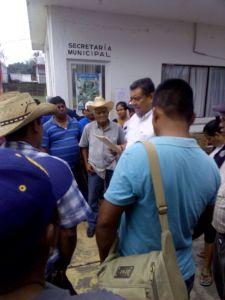 El Coordinador regional en el Istmo, Venustiano Gutierrez Reyna, dialoga con manifestantes que se encontraban en el Palacio Municipal de Matias Romero (1)