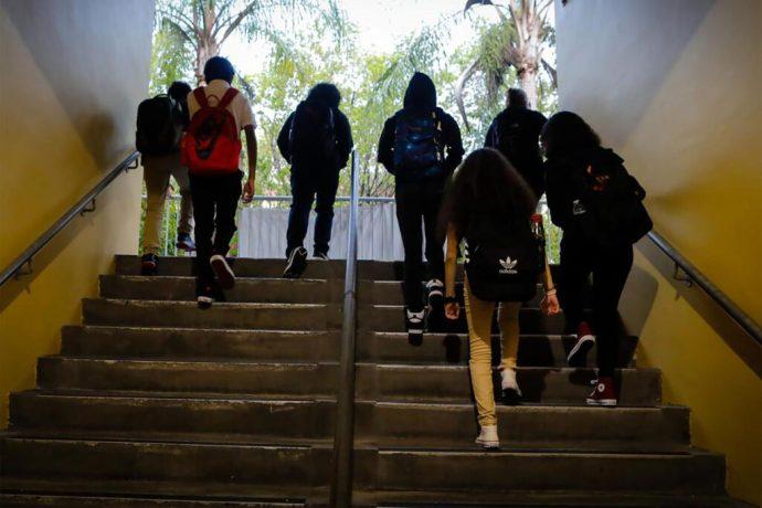 Cierran distrito escolar tras muerte de dos maestros por covid-19. La escuela donde daban clase los dos profesores, tiene 51 casos confirmados