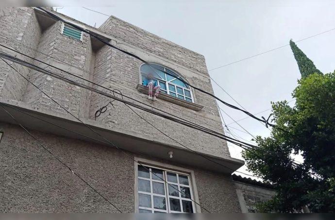 Niña de seis años que quedó atrapada en marquesina de segundo piso por seguir a su gato es rescatada