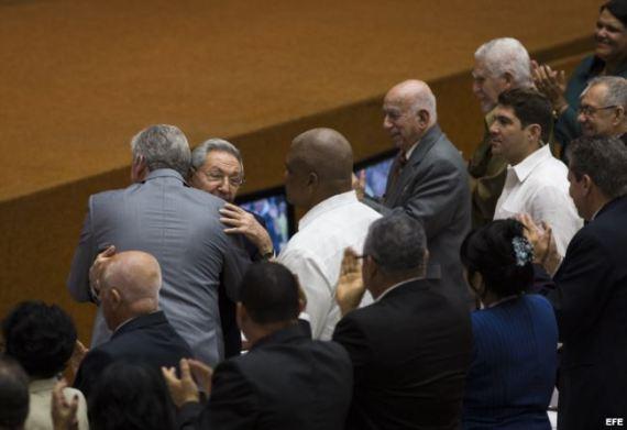Raúl Castro abraza a Miguel Díaz-Canel, tras el anuncio de la Asamblea Nacional, que lo ha nombrado candidato a sucederle en el poder.