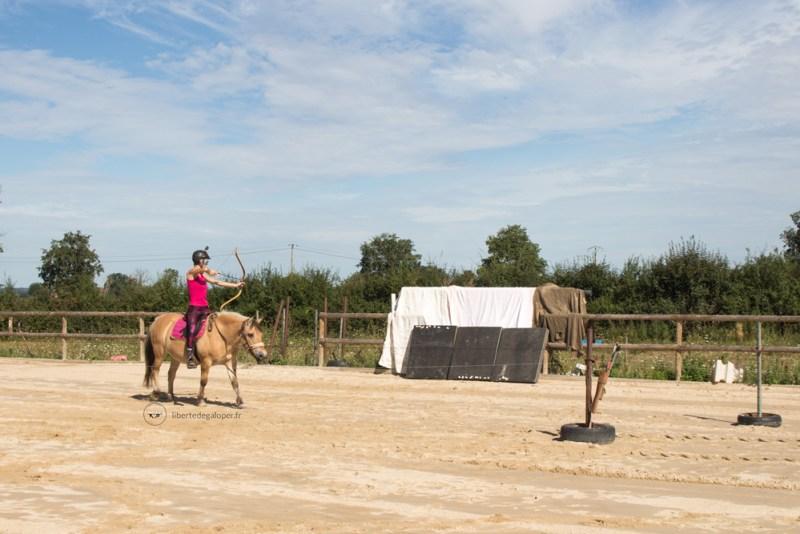 TIrer à l'arc à cheval au pas