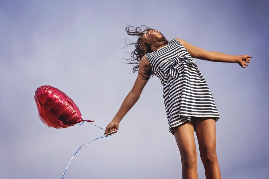 Une femme sautant en l'air avec un ballon