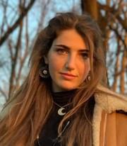 Nella foto Viola Bertoletti, una delle fondatrici di LibertyClub, affianco è presente una sua breve descrizione.